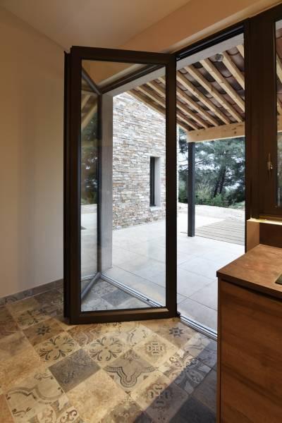 Porte accord on en aluminium et verre pour acc s terrasse dans le var menuiserie aluminium et - Porte accordeon aluminium ...